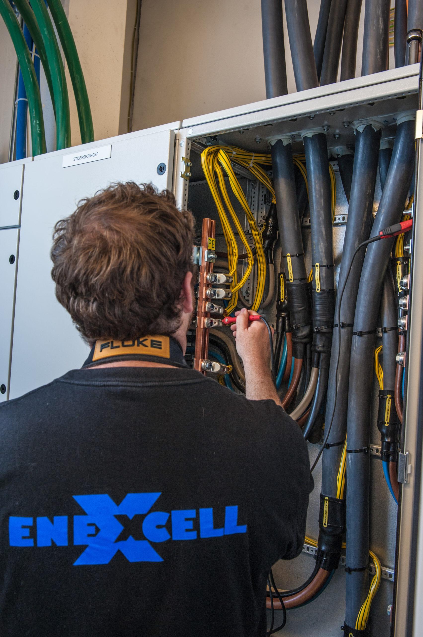 bilde av elektriker som kontrollerer el skap