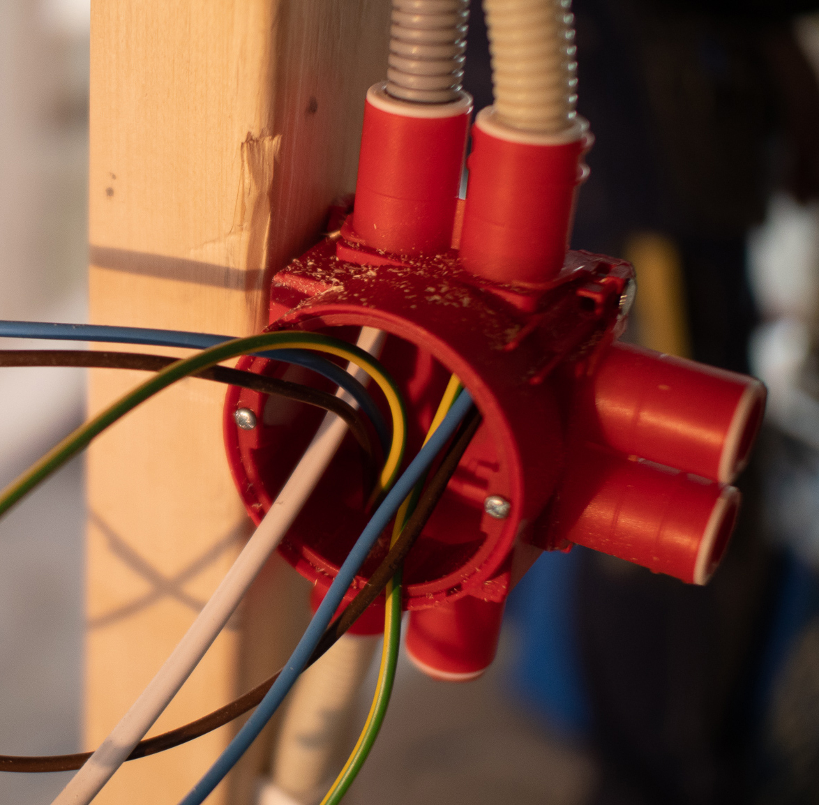 kontaktboks montert på stender